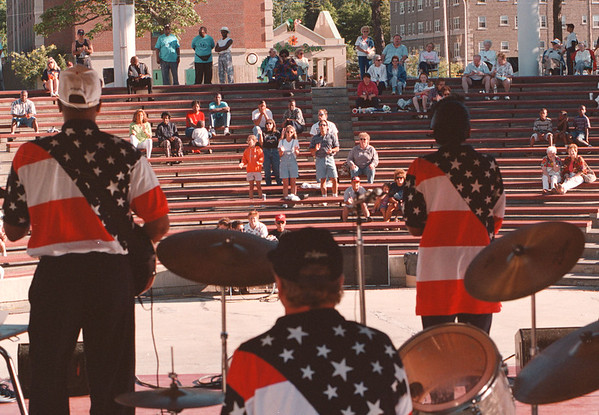 7/19/97--GOSPEL FEST 2--DAN CAPPELLAZZO PHOTO--A HEALTH CROWD GATHERS A LACKEY PLAZA AS THE VICTORY CHRISTIAN CENTER WORSHIP BAND PLAYS.<br /> <br /> 1A