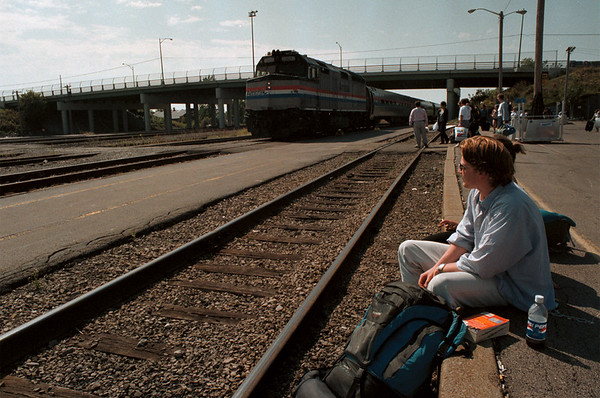 98/09/11--9/13-TRAIN STATION--DAN CAPPELLAZZO PHOTO--CAMERON WAALER AND SUE SHARP, OF OXFORD, ENG. WAIT FOR THE AMTRAK AT NF TRAIN STATION, OFF LKPT RD.<br /> <br /> SUNDAY