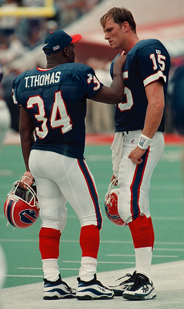 97/08/31--BILLS/DEJECTION--DAN CAPPELLAZZO PHOTO--BILL RUNNINGBACK THURMAN THOMAS GIVES QB TODD COLLINS SOLICE IN THE FINAL MINUTES OF A DISASTRIOUS HOME OPENER AGAINST MINN.<br /> <br /> SPORT