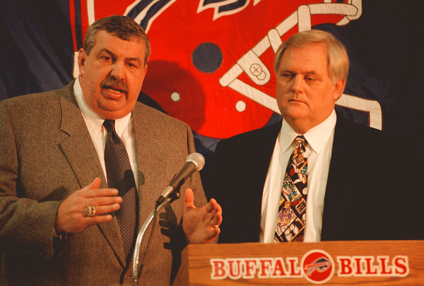 98/01/05--BUTLER & PHILLIPS--DAN CAPPELALZZO PHOTO--GM JOHN BUTLER AND WADE PHILLIPS AT RICH PRESS CONF.<br /> <br /> SP