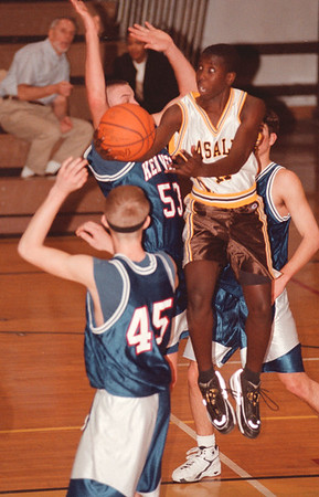 98/01/22--lasalle hoops--dan cappellazzo photo--lasalle's Dewitt Doss goes through a pack of ken west blue devils in first quarter action.<br /> <br /> sp