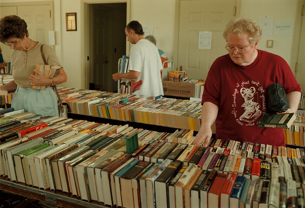 98/08/08 - book sale -Takaaki Iwabu photo--Pat Grabolle, right, and other visitors to the book sale browse the tiltles at Lewiston Public Library. <br /> <br /> tmc photo