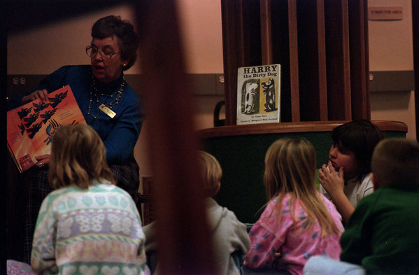 98/1/17 Story ENT.-Rachel Naber Photo-Mrs Sally Cornell reads to childern in the Lockport library every other Saturday.