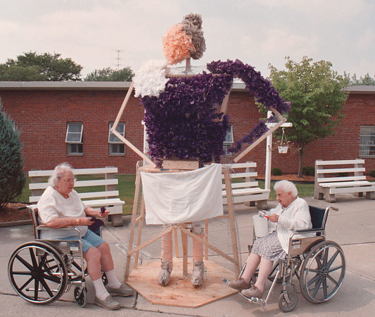 97/08/28--NURSING HOME/PEACH FEST--DAN CAPPELLAZZO PHOTO--83-YR-OLD ANNA FARELLA AND MARGARET LAMPHERE, 95 WORK ON THE  FAIRCHILD MANOR NURISING HOME FLOAT FOR THE UPCOMMING PEACH FEST.<br /> <br /> ECHO