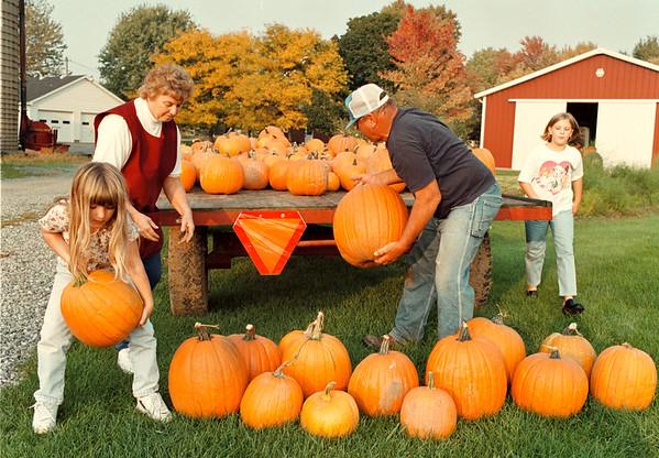 97/10/08-- pumpkin --Takaaki Iwabu photo-- The Koithan Farm on Shawnee Rd. sell various kinds of pumpkins every year. From left, Kim Koithan, 6, Marilyn Koithan, Herb Koithan and Sarah Koithan, 10. <br /> <br /> Monday, color, 1a