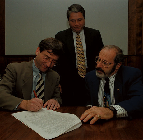 97/11/20--BENDERSON/SCHOOL SALE--DAN CAPPELLAZZO PHOTO--RANDY BENDERSON INKS THE DEAL AS DON KING AND CARMEN GRANTO LOOKS ON.<br /> <br /> 1A
