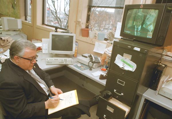 98/02/17--LAFALCE/CLINTON--DAN CAPPELLAZZO PHOTO--CONGRESSMAN JOHN LAFALCE TAKES NOTE DURING CLINTONS, PRESS CONF.<br /> <br /> 1A FOLDER