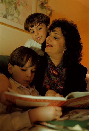 97/12/01-- Arlene Wallak--Takaaki Iwabu photo-- Arlene Wallak relaxes with two of her four sons, Michael, 7, left, and Christopher, 5, at home. (Wallak, a school principal, has a cancer...... see Judy's story for more info)<br /> <br /> feature, Wendnesday, bw --with promo