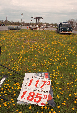 5/18/97--INDIAN GAS/RANDY'S--DAN CAPPELLAZZO PHOTO--AN ABANDON GAS SIGN AND VACANT PUMPS AT RANDY'S SMOKE SHOP ON UPPER MT RD.<br /> <br /> 1A NEWS