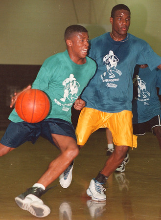 97/08/27 YMCA Hoops--Takaaki Iwabu photo-- From YMCA Hoops.  Shaun Maxwell, left, Lockport, drives to the basket as LaSalle's Carsmon Binger. <br /> <br /> Sports, Thursday