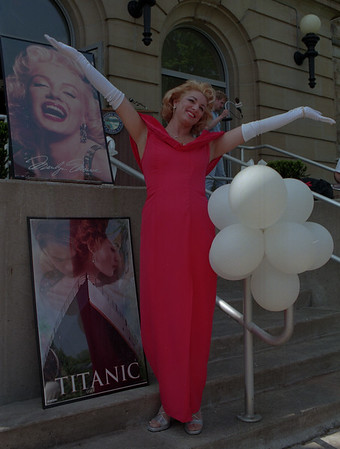 98/05/07 Niagara Film Festival *Dennis Stierer Photo - Marilyn Monroe look-a-like Bonita Balcom helps announce the Niagara Film Festival.