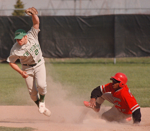 5/13/97--BASEBALL/2ND BASE--DAN CAPPELLAZZO PHOTO--LEWPORTS PETE NASTASI TRIES IN VAIN TO TAG OUT NF BASE STEALER CHESTER HOLLAND IN 2ND INNING ACTION AT N.U.<br /> <br /> SP
