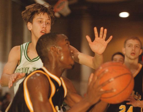 98/01/09-- HS basket 1--Takaaki Iwabu photo-- Lew-Port HS Mike Kubik, left, tries to stop LaSalle HS Cornelius Hawthorne. <br /> <br /> sports, color, Saturday