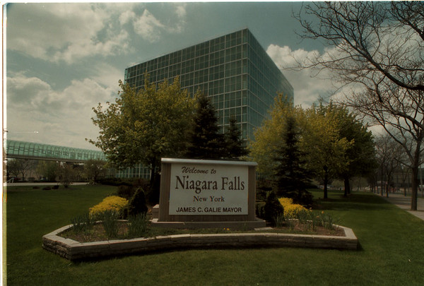 98/05/01 Welcome Sign - James Neiss Photo - Niagara Falls Welcome Sign at Niagara Street and Rainbow Blvd. Oxy Cube Building in background.