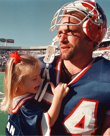 97/10/05--BILLS/SPIELMAN--DAN CAPPELLAZZO PHOTO--BILLS LINEBACKER CHRIS SPIELMAN, WHO WAS INVOLVED IN THE 4TH QUARTER SACK OF BERRY SANDERS, PUTTING THE BILLS UP 15-13, CARRIES HIS 2-YR-OLD DAUGHTER MADISON MAE OFF THE FIELD AFTER TYHE