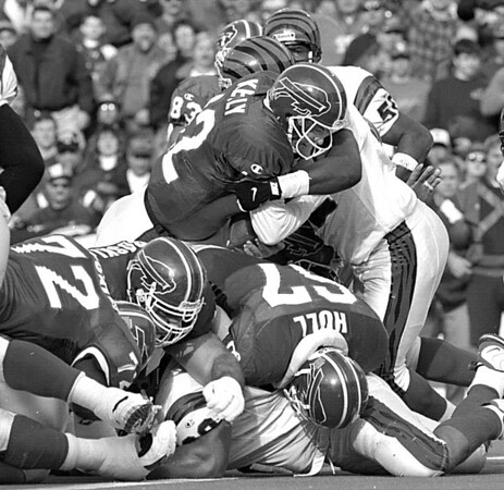11/17/96--bills/b&W--cappy photo--bills QB plunges over the goal for the qb sneek in the second qaurter.<br /> <br /> sp