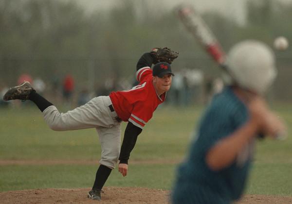 98/05/01-- baseball 2--Takaaki Iwabu photo-- Nick DeMarco piched for Niagara Falls High School during the game against Grand Island HS. <br /> <br /> bw