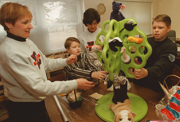 98/02/16--N.C. AUCTION--DAN CAPPELLAZZO PHOTO--(LTOR) JACKIE FALSETTI, HER SON MATTHEW, 8, PATTI RAGUSA AND JACKIE'S SON SCOTT FALSETTI, 10, HELP PUT BEENIE BABIES ON A TREE IN PREPERATION FOR THIS WEEKENDS CHINESE AUCTION.<br /> <br /> GR