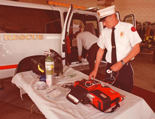 97/09/28--SANBORN FIRE--DAN CAPPELLAZZO PHOTO--SANBORN FIRE CHIEF PAUL BEECHER LOOKS OVER THE NEW DEFIBULATOR UNIT.<br /> <br /> LOCAL