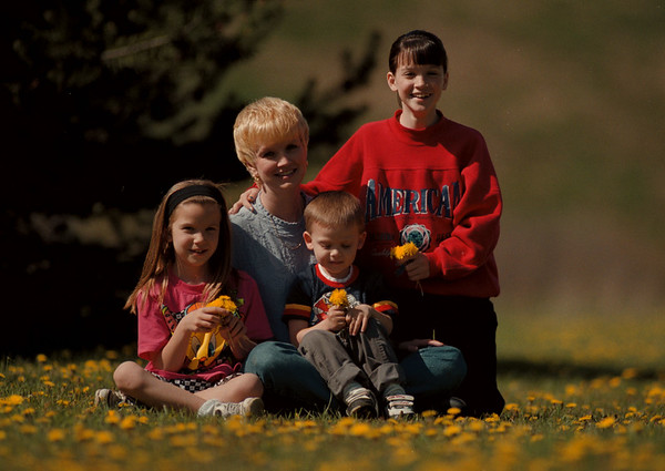 98/04/28-- working mom --Takaaki Iwabu photo-- Pat Dibble poses with her children, from left, Brittany, 8, D.J., 3, and Danielle, 11. (she is one of three working mothers Judy is writing about..) <br /> <br /> Sunday, color, Feature