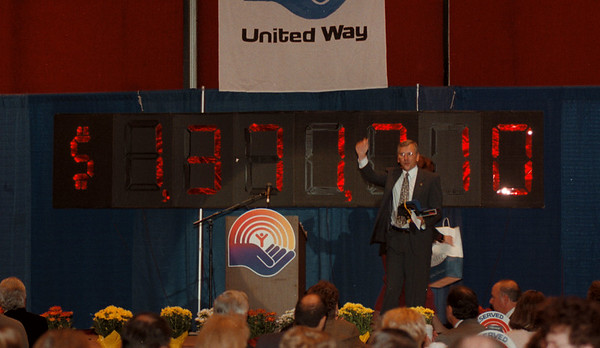 97/11/07 United Way Total - James Neiss Photo - Bill Lessig, United Way Campaign Chairman and Oxidental Chemical Corp.  Niagara Plant Manager, announces the final TTL of the United way drive during a luncheon at the NF Convention Center.