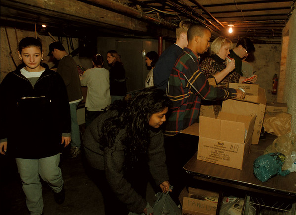 97/11/23-- community kitchen--Takaaki Iwabu photo-- Students of Niagara University sort out the boxes of food as they volunteered at Community Kitchen on Falls Street Saturday. <br /> <br /> grapevine photo