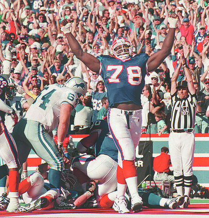 97/10/05--BILLS SMITH SAFETY--DAN CAPPELLAZZO PHOTO--BILLS LB BRUCE SMITH CELEBRATES AFTER HELPING TO TAKE DOWN BERRY SANDERS IN THE END ZONE FOR A SAFETY LATE IN THE GAME PUTTING THE BILLS UP 13-15.<br /> <br /> SP