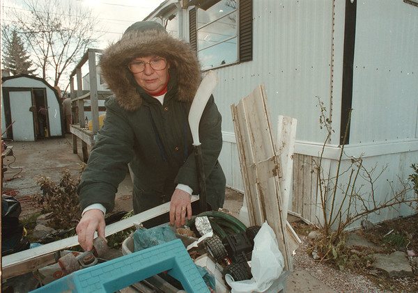 98/01/10-- clean up --Takaaki Iwabu photo-- Kim Zellner of 643 C St in Cayuga Village Mobile Home Park leaves debris outside of her trailer home after she and her family members cleaned up the mess Saturday. <br /> <br /> 1a, Sunday, color