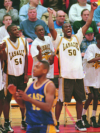 3/10/96--HOOPS/JUBO--CAPPY PHOTO-- LASALLES CARLOS DAVIS SCREAMS DURING THE FINAL SECONDS AS ROB GAYLE (FAR LEFT) AND _______________  LOOK UP AT THE CLOCK IN THE SECTION 6 FINAL AT BSC GYM.<br /> <br /> SPORTS FOLDER