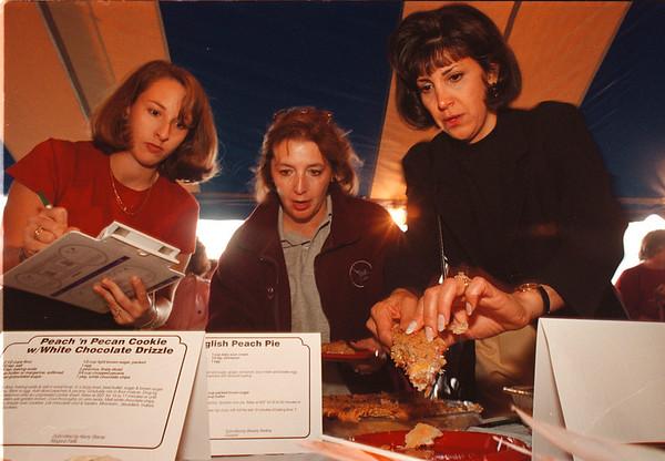 97/09/05-- peach fest --Takaaki Iwabu photo-- Judges for Peach Festival taste-off; from left, Lynn Wolfgang, Vicki Devantier, Sharon Sloma. <br /> <br /> local, Saturday, bw