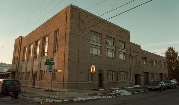97/11/18--SCHOOL SALE/ANNEX--DAN CAPPELLAZZO PHOTO--BOARD OF EDUCATION ANNEX BLDG 6TH & WALNUT.<br /> <br /> 1A FRI