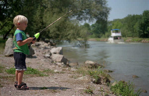 98/08/12 Little fisherman-Rachel Naber Photo-Matt Scalzi pratices casting and reeling in his line at the Lockport Municpal Marina.