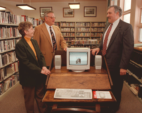98/01/30--YOUNGS LIBRARY--DAN CAPPELLAZZO PHOTO--NANCY, PRES OF LIBRARY STANDS WITH THOMAS, PORTER SUPER AS THEY SPEAK WITH DOMINIC, CWM CHEMICAL. SEE ATTACHED SHEET.<br /> <br /> ECHO