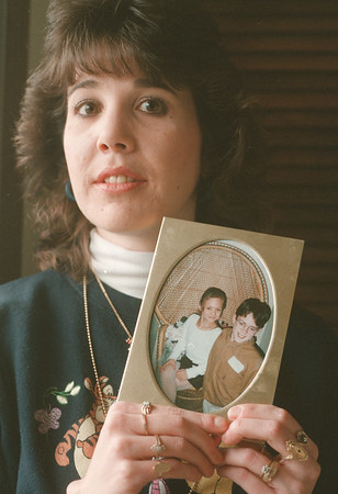 98/01/04--Recovery 1--Takaaki Iwabu photo-- Kelly O'Donnell holds a picture of Jessica O'Donnell and Joshua Hoftiezer, who shared the near-death automobile accident with her two years ago. (She has been recovering from head trauma... two kids are not hers... see Judy's story for more info.)        --- living, Sunday, color