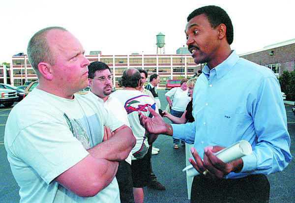 98/08/03--GAZETTE/DELPHI SPLIT--DAN CAPPELLAZZO PHOTO--22-YR DELPHI EMPLOYEE FRANK ANDREWS LISTENS AS DELPHI GEN MANAGER AND GEN MOTORS VP RONALD M. PIRTLE SPEAKS TO HIM ABOUT THE SPLIT DUE TO TAKE EFFECT IN THE FIRST QUARTER OF 98'.