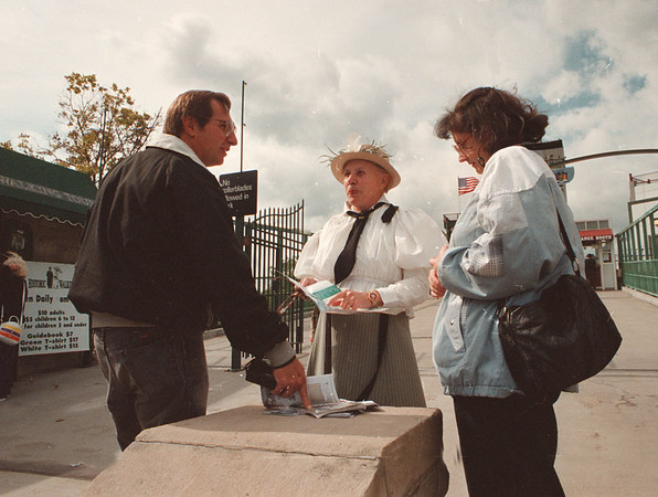 97/09/22--LIVING/HISTORIC TOURS--DAN CAPPELLAZZO PHOTO--NIAGARA HISTORIC  WALKING TOURS PROFESSIONAL GUIDE MARGARET LAURIE TALKS TO TOURISTS AT THE ENTRANCE TO THE MAID OF THE MIST.