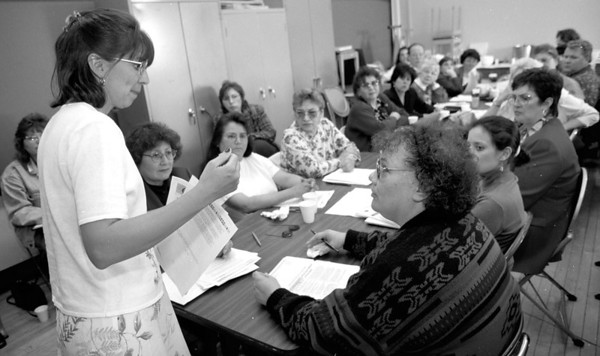 98/04/22--NATIVE AMERICAN COMM.--DAN CAPPELALZZO PHOTO--KIM THOMAS, OF THE NATIVE AMERICAN FAMILY SERVICE COMMISSION, SPEAKS TO COMMUNTIY MEMBERS AT THE  COMM. ED CENTER PORTAGE & FERRY.  TO PHONE ABOUT THE COMMISSION PLEASE CALL 847-3123.<br /> <br /> GR