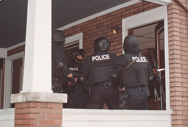 97/08/13 Quick Entry Teem - James Neiss Photo - Police officers break in the door of 1420 Ferry Ave. to execute an arrest warrant.
