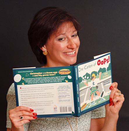 97/08/26--BRADBURY/KIDS BOOKS--DAN CAPPELLAZZO PHOTO--KIDS BOOK WRITER JUDY BRADBURY WITH HER LATEST.<br /> <br /> SUNDAY FEATURE
