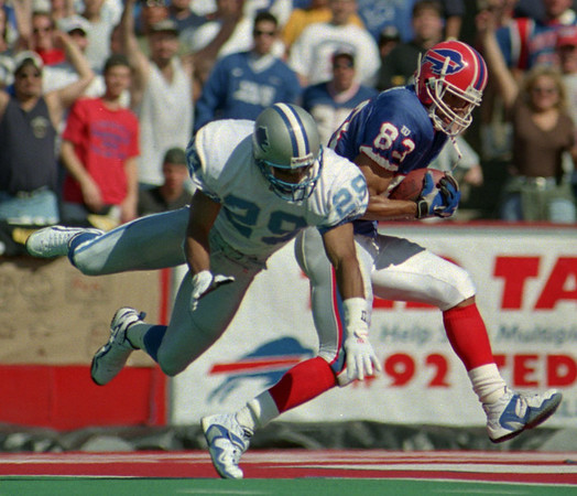 97/10/05--BILLS/REED ACTION--DAN CAPPELLAZZO PHOTO--BILLS RECIEVER ANDRE REED BEATS LIONS CORNERBACK GREG JEFFRIES FOR THE BILLS FIRST TD IN THE S2ND QT. MAKING THE SCORE 13-3.<br /> <br /> SP