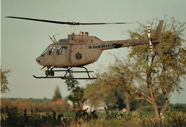 98/08/13 - Shooting 2--Takaaki Iwabu photo-- SheriffÕs Dept. uses its helicopter for searching of the suspect.