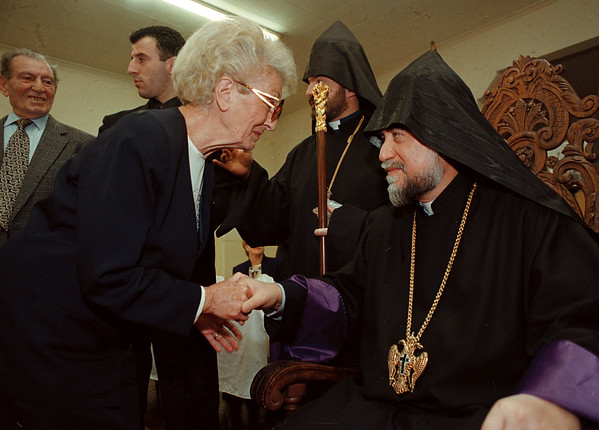97/11/01--HIS HOLINESS 2--DAN CAPPELLAZZO PHOTO--71-YR-OLD ROSE MEHARIAN SPEAKS WITH HIS HOLINESS AT THE ARMINIAN CHRUCH.<br /> <br /> SEE OTHER CAPTION