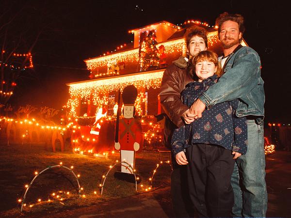 97/10/14-- Winter/Fall 1--Takaaki Iwabu photo-- A ocal family light up their house for Christmas......