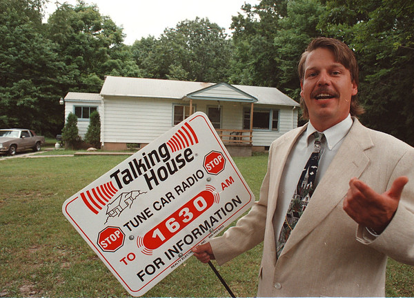 7/24/97--talking house--Takaaki Iwabu photo-- Real estate broker Randy B. Lingenfelter shows a Talking House sign in front of the house on 3139 Woodland Ave., one of the properties advertised on the radio. <br /> <br /> Saturday, Money, bw