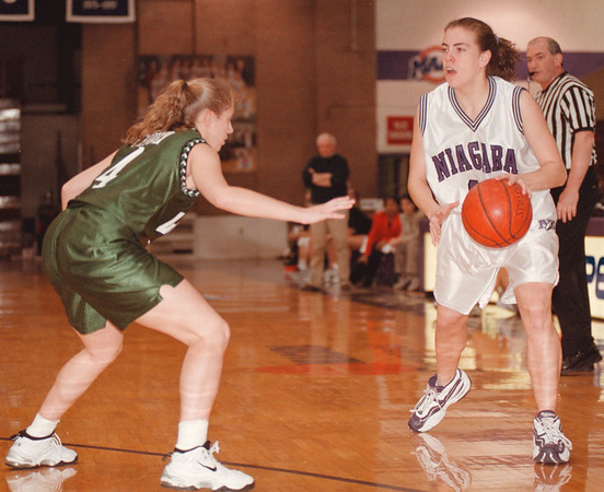 98/01/11--NU GIRL HOOPS--DAN CAPPELLAZZO PHOTO--NU FORWARD SHANNON GRAHAM DRIVES AGAINST LOYOLA GUARD SHANNON COHEN IN FIRST QUARTER ACTION.<br /> <br /> SP