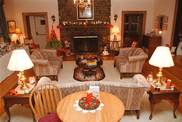 98/12/03 Cameo Inn 6 - Vino Wong Photo - The living room or other wise known as the Great Room offers a fireplace and cable television.