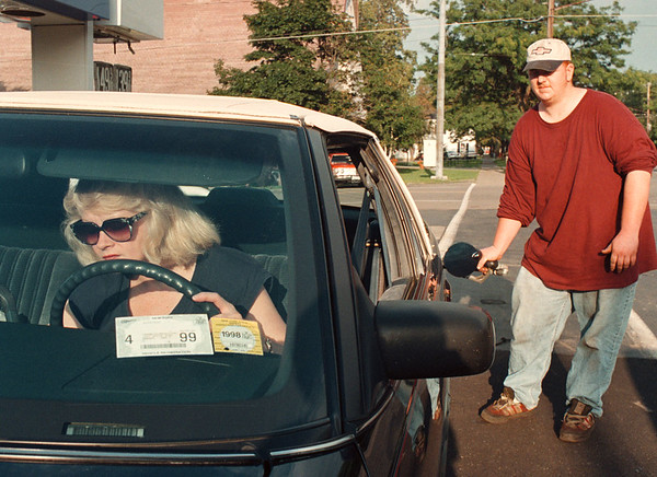 97/08/28-- gas price --Takaaki Iwabu photo-- Linda Tower waits in her car as Nick Young, mechanic at Coppins Service Station, pumps a gas for her on Ceter Street in Lewiston. (for Val's story on gas price increase on Holiday weekends.) <br /> <br /> 1A, Saturday, color