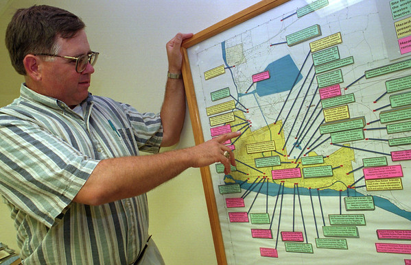 97/08/28--DEC/TOXIC AREAS--DAN CAPPELLAZZO PHOTO--MICHAEL HINTON, OF THE DEC, BUFFALO POINTS OUT THE BELDDON CENTER AREA ON A MAP SHWOING THE DUMP SITE AREAS IN THE CITY OF NF.<br /> <br /> 1A TUESADY