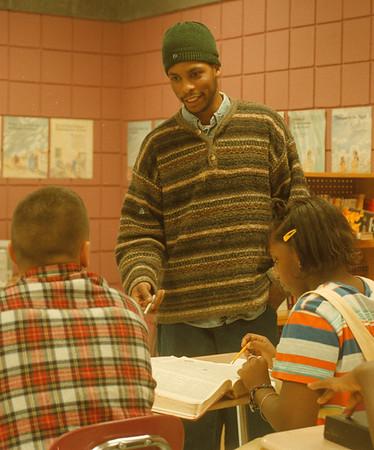 98/01/07-- Jay Ward --Takaaki Iwabu Photo -- A poet/actor Jay Ward of Buffalo talks to the alternative school students at Famioly Resource Center in Niagara Falls. <br /> <br /> local, bw, Thursday