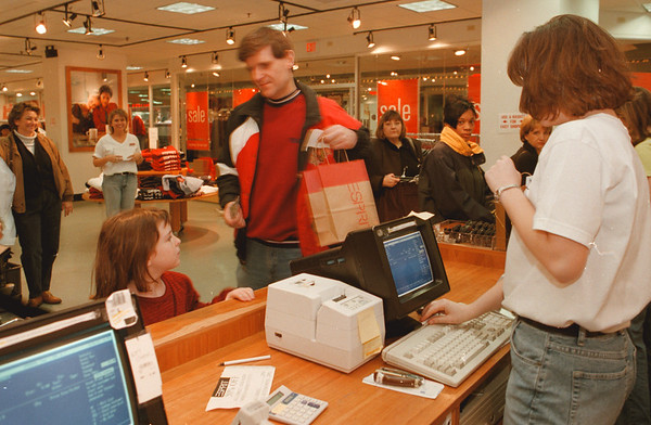 97/28/97--THE DOLLAR/US--DAN CAPPELLAZZO PHOTO--HOWARD KIDECKEL AND HIS 6-YR-OLD DAUGHTER SAMANTHA, OF THORNHILL, ONT. WRAP UP THEIR SHOPPING AT THE ESPRIT OUTLET IN THE RAINBOW MALL.<br /> <br /> 1A